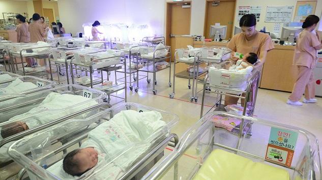 출산절벽 현실로… 인구감소 2023년부터