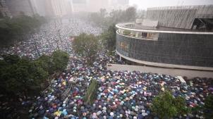'中 무력진압' 우려 속 홍콩 대규모 집회…폭풍 속 평화 행진관련 이미지 입니다.